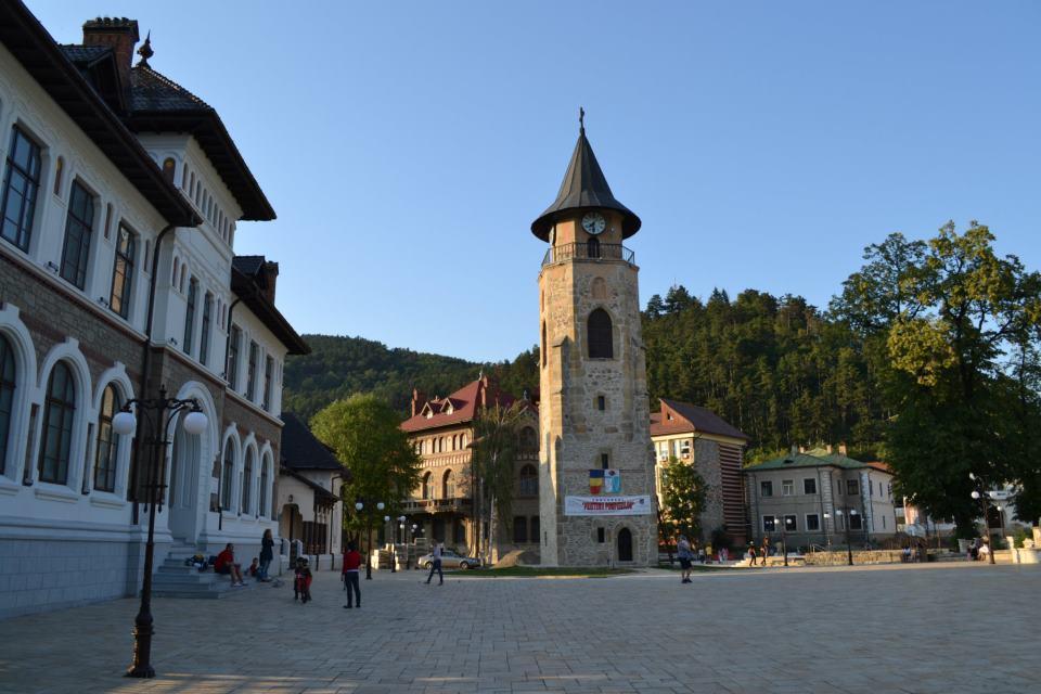 Turnul și Piata (in fata Muzeului)