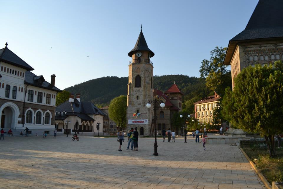 Piata Curtea Domneasca, biserica voievodala, turnul clopotnita si muzeele